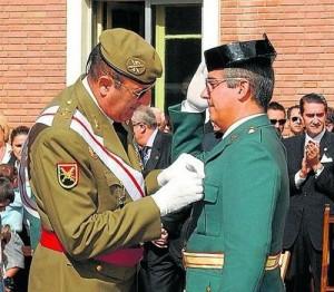 Antonio Tejero recibiendo una condecoración.