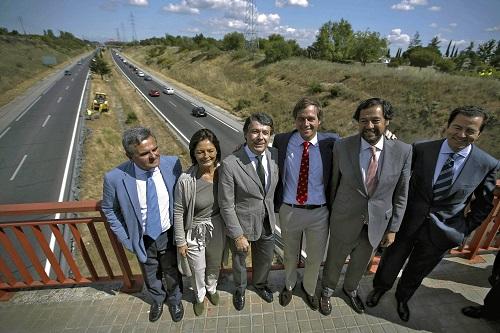 El presidente madrileño, Ignacio González, rodeado por la alcaldesa de Pozuelo, Paloma Adrados, y el consejero de Transportes, Pablo Cavero.