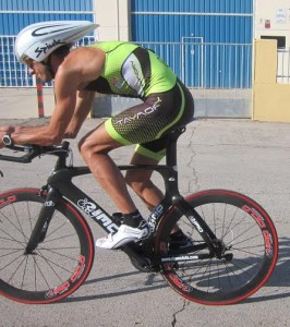 Alberto González pedaleando. jpg