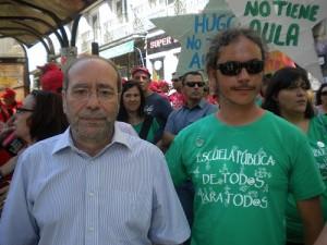 El alcalde fuenlabreño, junto a uno de los padres, Jesús Gómez , en la manifestación