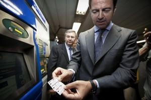El consejero de Transportes. Pablo Cavero, comprando un billete de Metro.