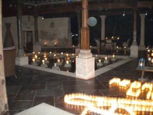 Una de los patios interiores de Pedraza iluminado por velas.