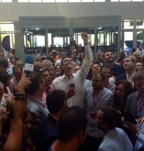 Pedro Sánchez rodeado de militantes del partido en la clausura del congreso del PSOE.