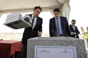 Igancio González y David Pérez colocando la primera piedra.