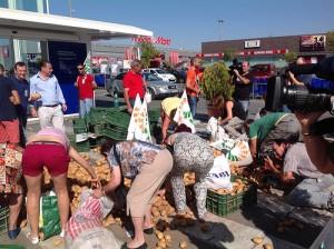 Imagen de otra protesta con reparto de patatas gratis en la calle.
