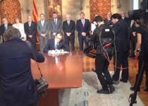 Momento de la Firma de la convocatoria de la consulta catalana.