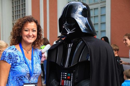La delegada de Familia, Servicios Sociales y Participación Ciudadana, Lola Navarro con  Darth Vader .
