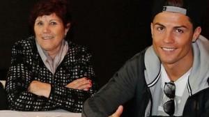La señora Aveiro junto a su hijo.